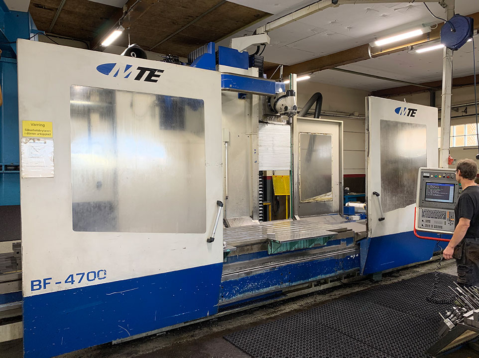 Bed-type milling machines
